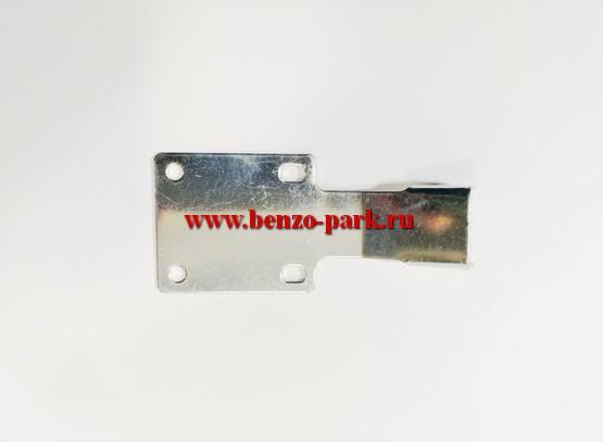 Пластина крепления защитного кожуха (металлический кронштейн) китайских бензокос с объемом двигателя 26-56 см3